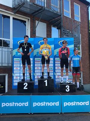 Oskar Revelj  och  ytterligare tre cyklister på prispallen