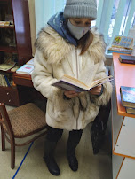 Девочка читает книгу фото