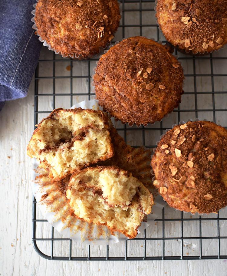 Muffins de avena esponjosos con rellenos de canela