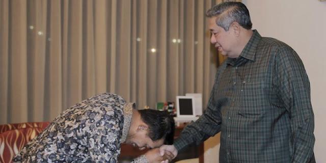 Di Tengah Isu Kudeta Demokrat, Gambar Moeldoko Cium Tangan SBY Viral