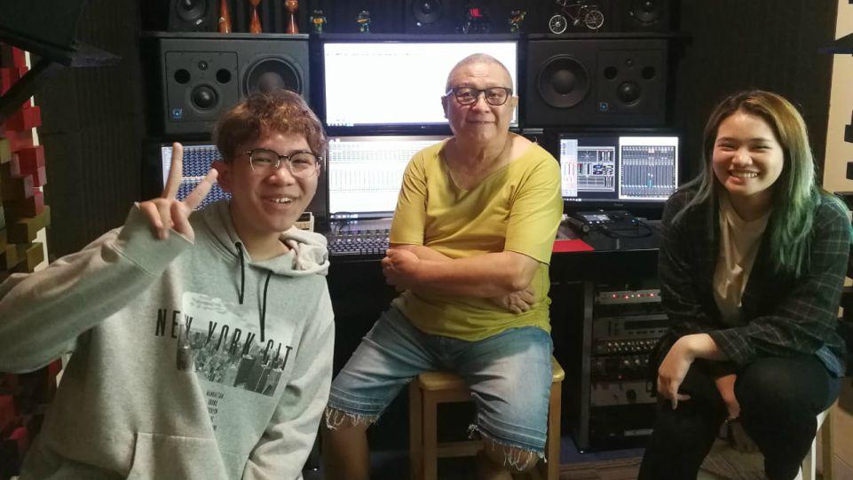 Chossypratama (baju kuning), saat recording vocal Alex dan Bea di studio Promidi Audio Indonesia, Jakarta 3 Oktober 2020. (Dok. Istimewa)
