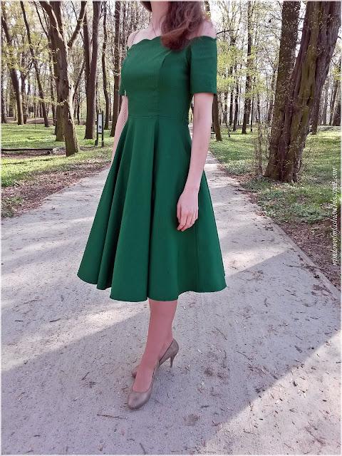 Sukienka z odkrytymi ramionami, szpilki i torebka
