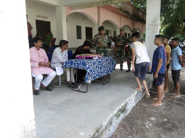 बच्चों से संवाद करते हुए लेफ्टिनेंट कर्नल मनमोहन ठाकुर