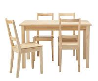 Küçük bir masif yemek masası ve dört ahşap sandalyesi