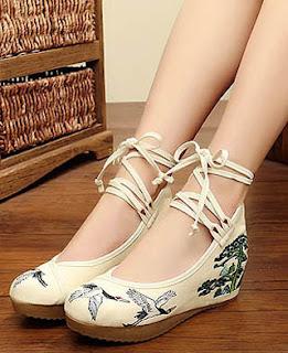 Model flat bertali untuk sepatu wanita kaki besar