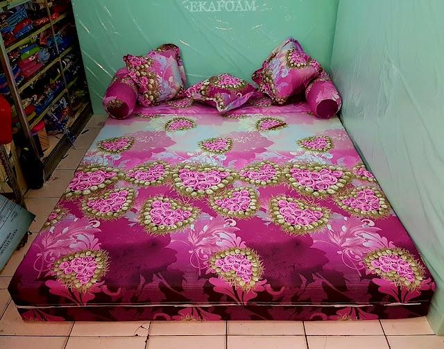 Sofa bed inoac dengan motif anggur merah