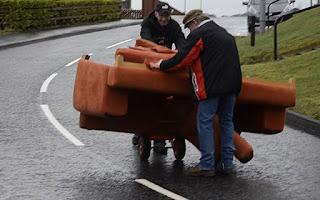 Δυο μεθυσμένοι Ιρλανδοί προσπαθούν να μεταφέρουν έναν καναπέ (Video)