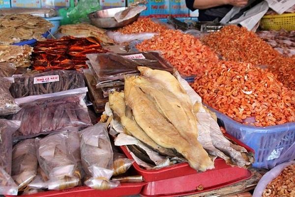 Mua hải sản khô về làm quà sau chuyến du lịch