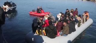 اليونان..متطرفون يعتدون على صحفيين يتابعون وصول مهاجرين(فيديو)