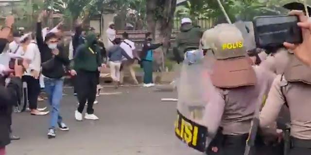 Bentrokan Terjadi Di Dekat PN Jakarta Timur Saat Sidang Vonis Habib Rizieq Shihab