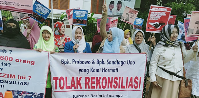 Emak-Emak Militan: 100 Juta Kali Kami Tidak Rela Prabowo-Sandi Berkoalisi dengan Jokowi