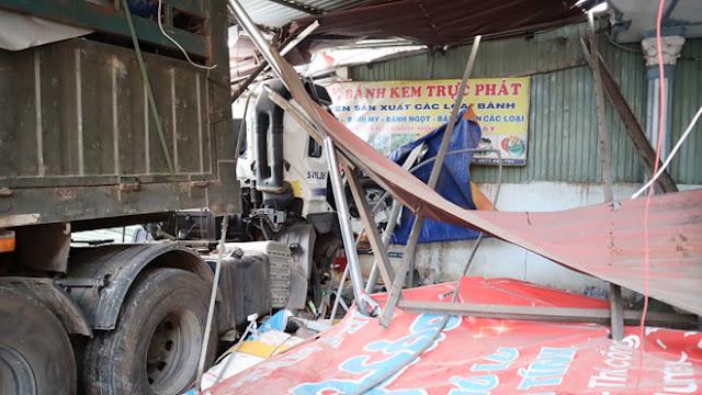 Ảnh: Lực lượng chức năng đang điều tra, làm rõ nguyên nhân vụ tai nạn