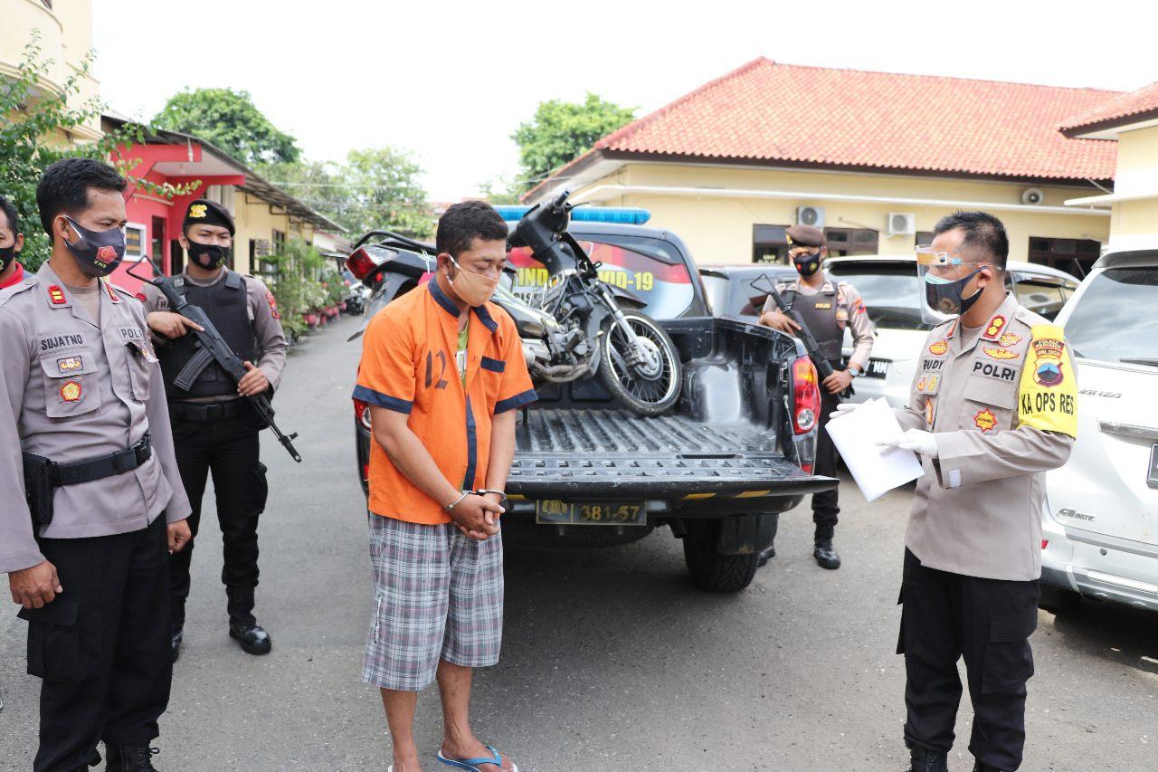 Tersangka Masuk Toko saat Penjaga Lengah, Honda Supra Fit Milik Juragan Raib Dibawa Kabur
