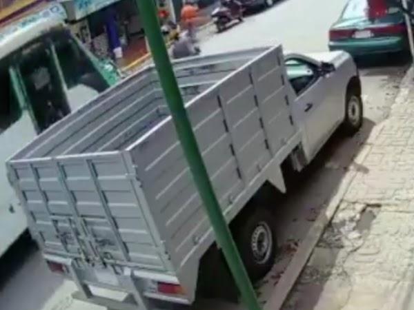 Madre  cruza la calle  y se distrae con su celular y camión atropella a su hija.