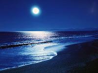 Gece ay ışığının denizden yansıması