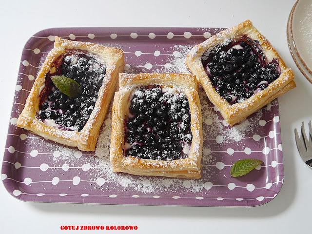 Tartaletki jagodowe z ciasta francuskiego - Czytaj więcej »