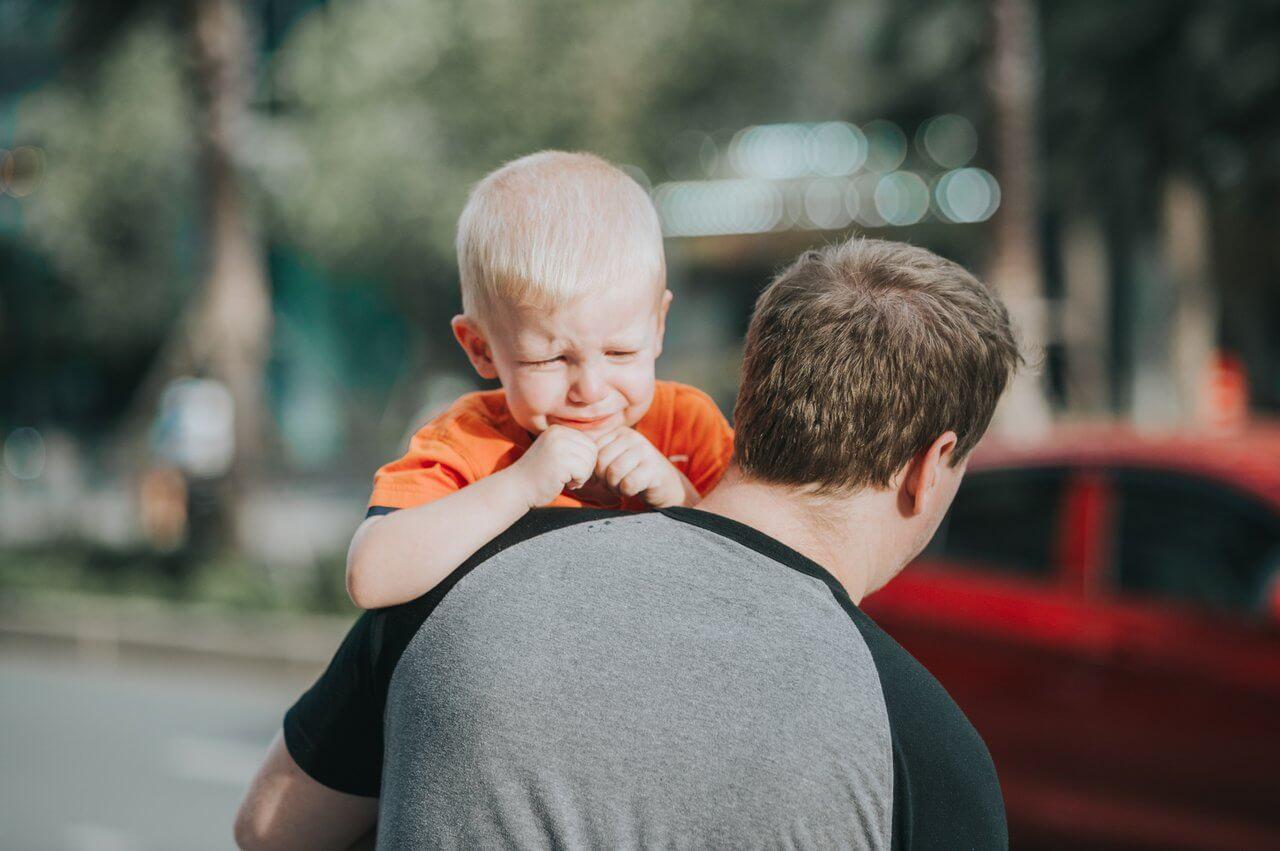 niño llorando en brazos