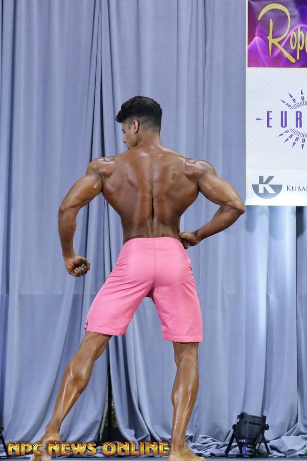 Matheus Nery exibe dorsais em competição de fisiculturismo da IFBB PRO. Foto: NPC News Online