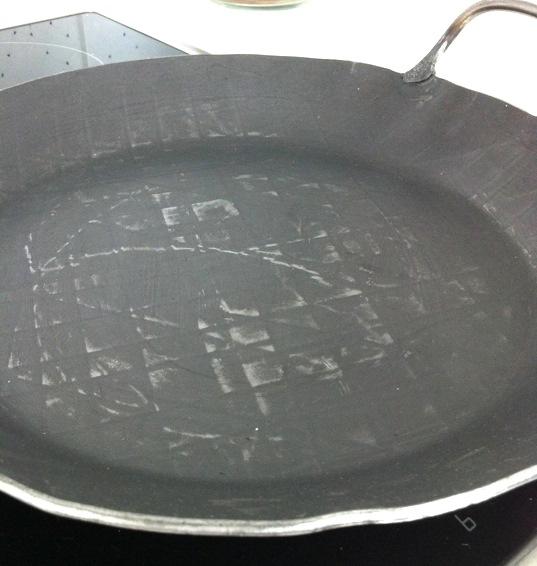Eine Eisenpfanne aus der Hammerschmiede Scholl im Allgäu - noch nicht eingebrannt, mit Herstellungsrückständen | Arthurs Tochter Kocht by Astrid Paul