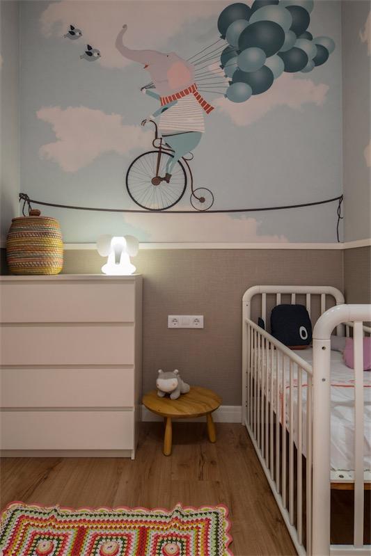 dormitorio infantil con cuna y comoda blanca chicanddeco