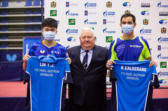 Lin Yun-Ju. e Hugo Calderano mostram uniformes com dirigente no meio