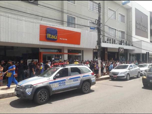 Moradores descumprem orientação de isolamento social e se aglomeram em frente a agências bancárias