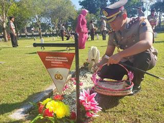Kenang Jasa Pahlawan, Kapolres dan Jajaran Polres Lumajang Melakukan tabur bunga di TMP