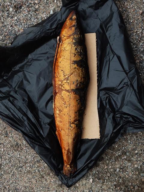 Rosyjska wędzona ryba gotowa do zjedzenia.