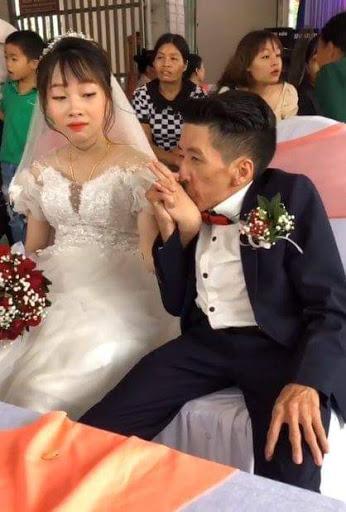 Xót xa hình ảnh đám cưới của cô giáo mầm non với chàng khuyết tật