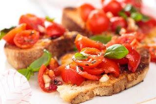 Crostini de guisantes y tomates cereza