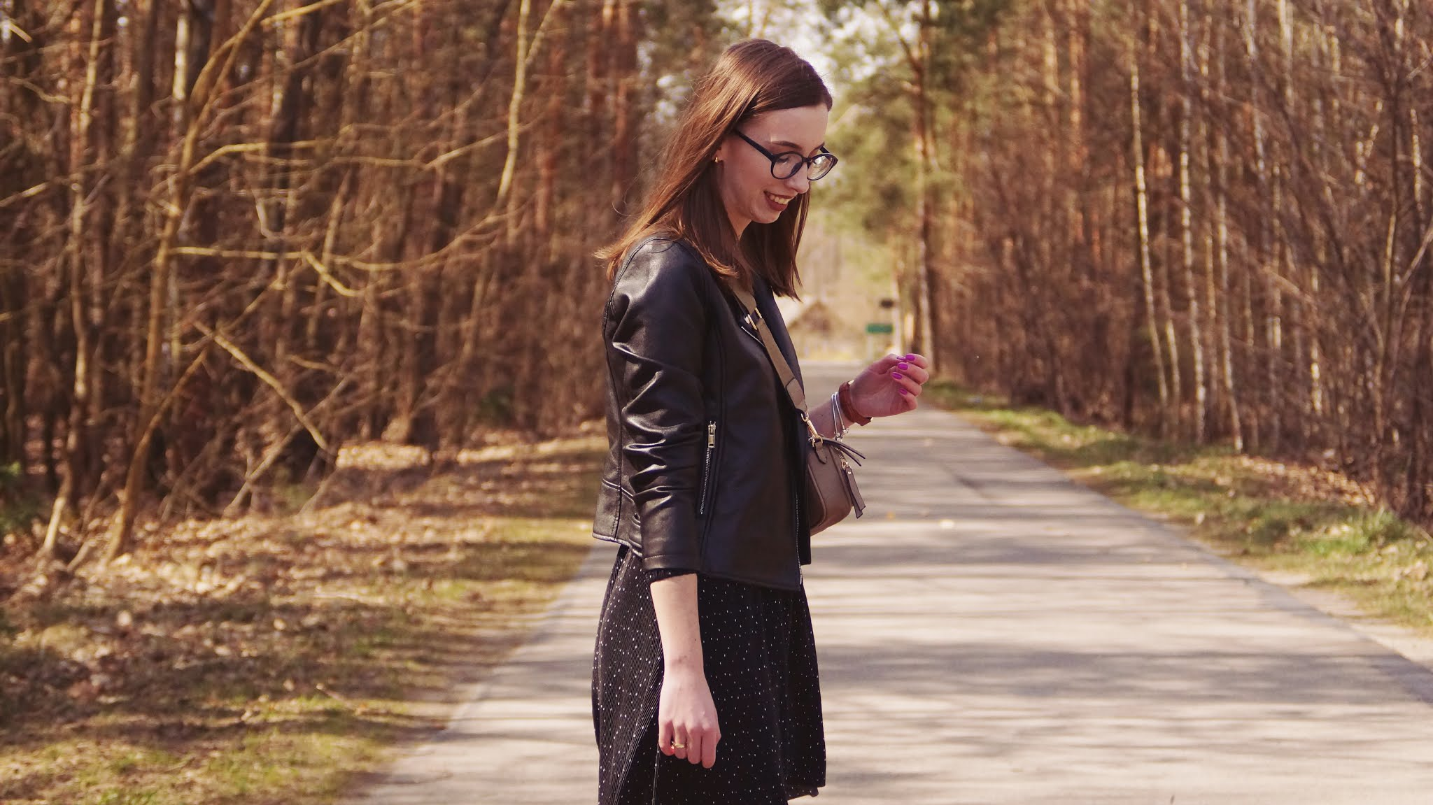 Czarna plisowana sukienka w kropki i sneakersy Garcia od Royal Fashion - Jedna baza, dwie stylizacje cz. 2