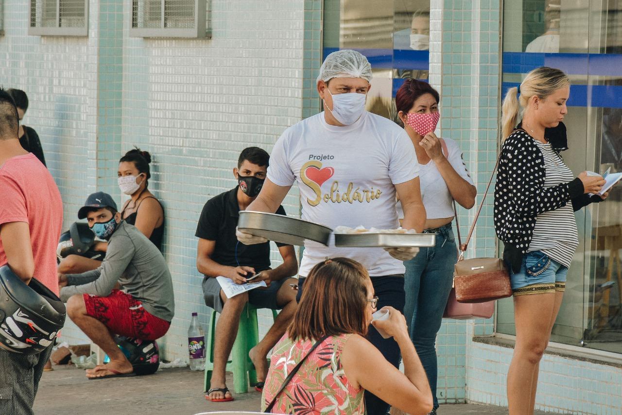Professor implanta projeto solidário em filas de auxílio emergencial nos bancos