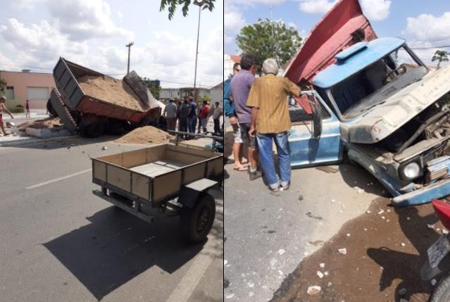 Caminhão perde freio e bate em praça no Centro de Pedra Lavrada