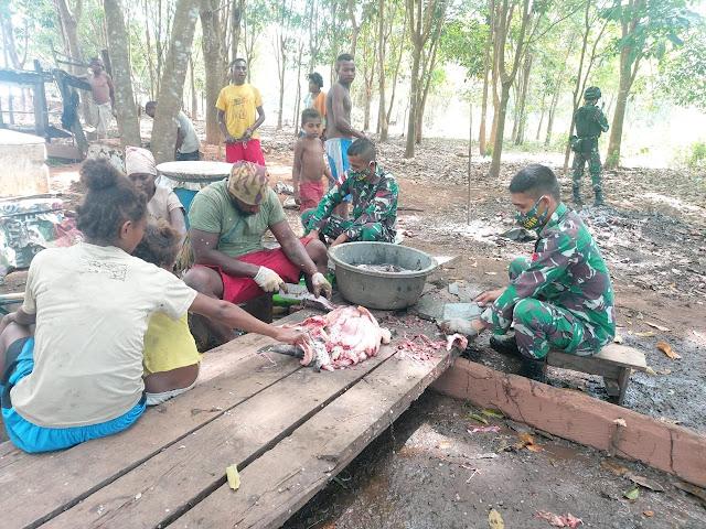 Prajurit Satgas Pamtas Yonif 125  Bantu Warga Perbatasan Buat Ikan Asin