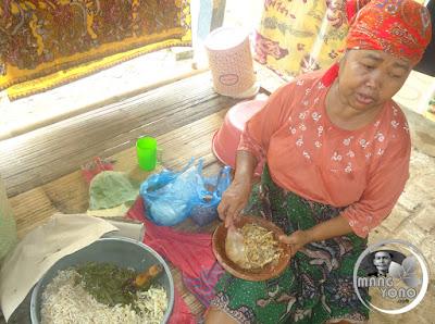 Bi Una penjual lotek keliling di Pagaden Barat, Subang
