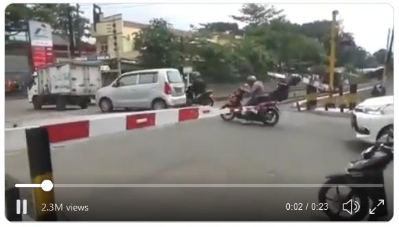 [VIDEO] ketika Pintu Perlintasan Kereta Sudah Diturunkan, Berhenti Kalau Tidak Mau Celaka
