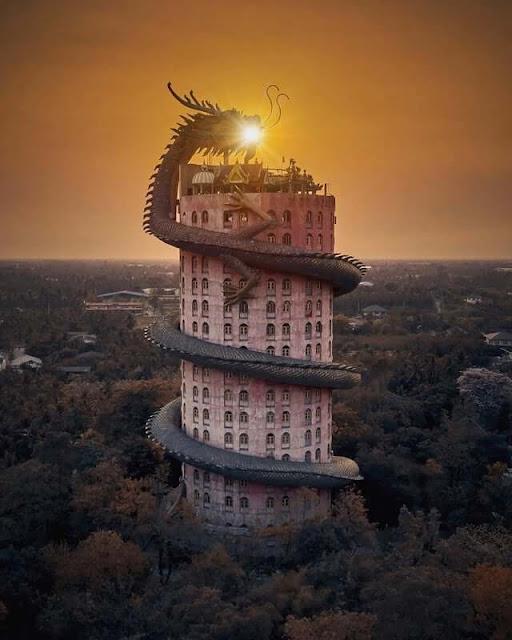 Cách Bangkok khoảng 40 km, ngôi đền Phật giáo Wat Samphran là công trình tôn giáo thu hút du khách bởi kiến trúc ấn tượng, độc lạ. Ngôi đền được bao phủ bởi màu hồng nổi bật và cấu trúc rồng khổng lồ uốn quanh đầy quyền uy. Phần đầu rồng nằm trên nóc tòa nhà, bạn có thể leo lên tầng 17 để chạm râu hay móng vuốt. Ý nghĩa hình tượng con rồng đến nay vẫn còn là điều bí ẩn.