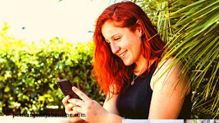 Femme souriant smartphone, gagner de l'argent en ligne avec des sondages, sondages en ligne, argent web
