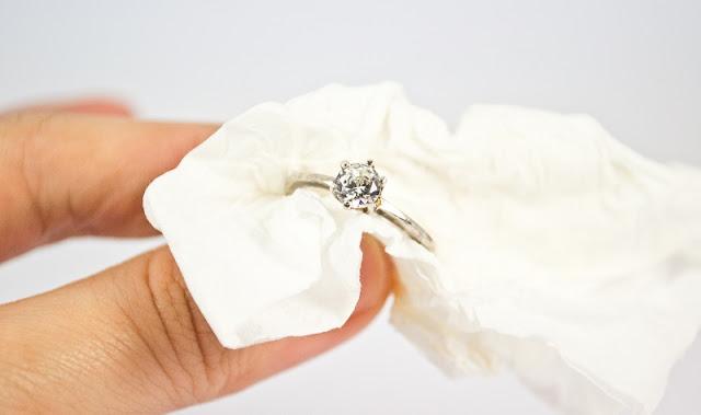 Intip Cara Membersihkan Cincin Emas di Rumah Berikut Ini