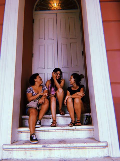 tres meninas sentadas em uma escada