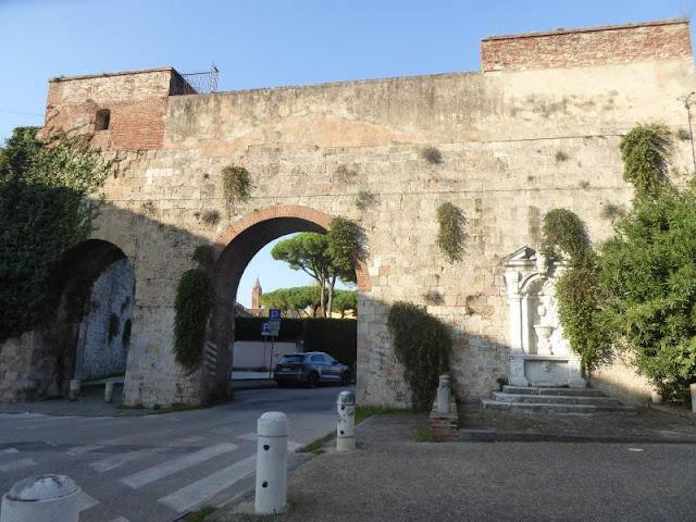 Tratto delle mura pisane in Piazza delle Gondole