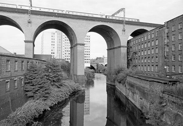 Fotografía arquitectónica de un puente sobre un río