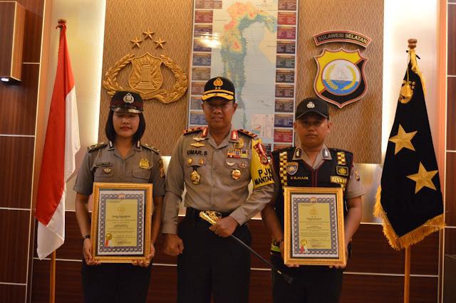Angkat Citra Polisi, Kapolda Sulsel Berikan Penghargaan Dua Brigadir