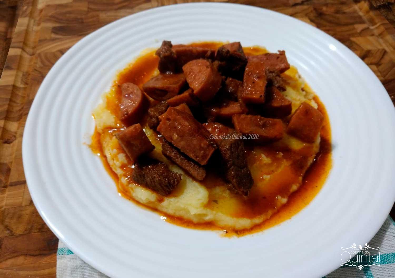 Polenta com Ragu de Linguiça e Carne na Cozinha do Quintal