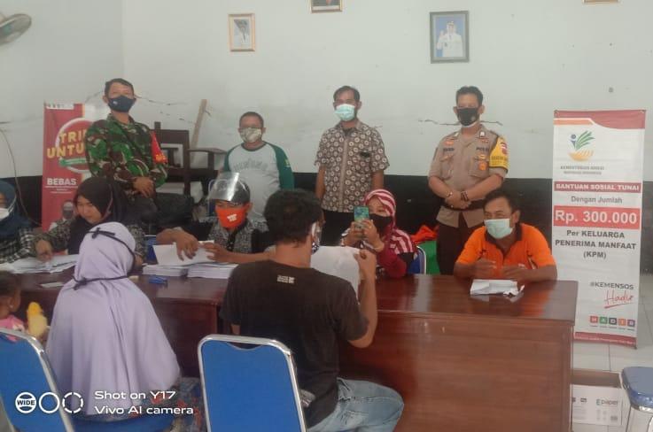 Polsek Binong Berikan Pengamanan dan Pengawasan Penyaluran BST Tahap 10 di 4 Desa