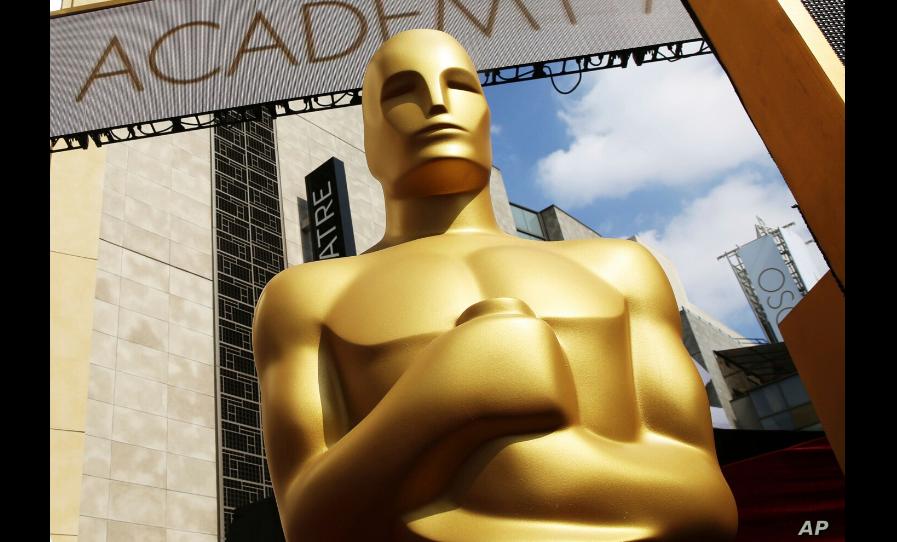 Una estatua del Oscar afuera del Teatro Dolby durante la edición 87 de los Premios de la Academia en Los Angeles, el 21 de febrero de 2015 / AP