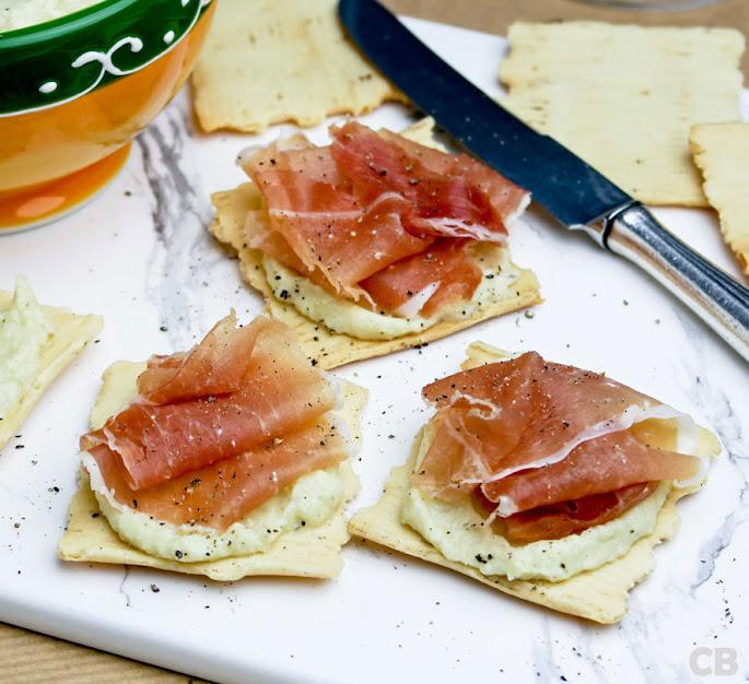 Toastjes met gedroogde ham en frisse artisjokkencrème