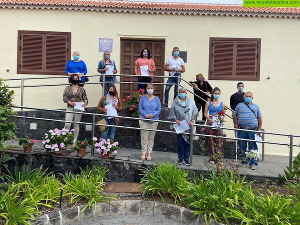 El Cabildo entrega más de una quincena de carnés a profesionales de la artesanía