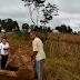 Casal se arrisca na rodovia BR-265 para tapar buracos com terra em São Sebastião da Vitória-MG