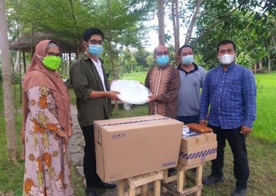 Tim LP2M STP Mataram Serahkan Bantuan ke Pokdarwis Bonjeruk